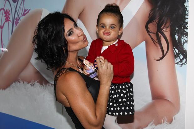 Scheila Carvalho e a filha fazendo careta (Foto: Manuela Scarpa/Foto Rio News)