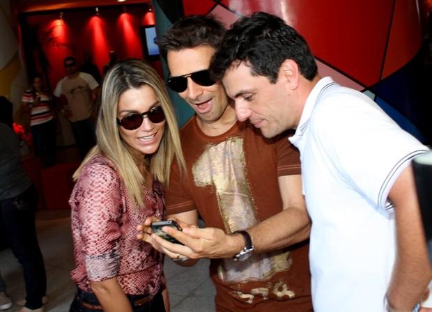 """Flávia Alessandra, Rodrigo Lombardi e Murilo Rosa na exposição """"Guerreiros da vida real"""" (Foto: Henrique Oliveira / FotoRioNews)"""
