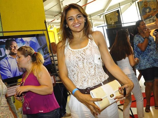 """Dira Paes na exposição """"Guerreiros da vida real"""" (Foto: Roberto Teixeira /EGO)"""