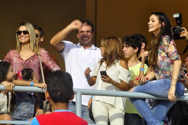 Flávia Alessandra, Bruna Marquezine e Rodrigo Lombarde assistindo ao show de Tiago Abravanel no Alemão (Foto: Roberto Teixeira /EGO)