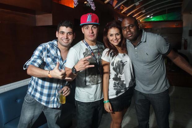 Thiago Martins se apresenta com o trio ternura e Paloma Bernardi curte o show com amigos (Foto: Marcos Samerson / Agência We Love Photo!)
