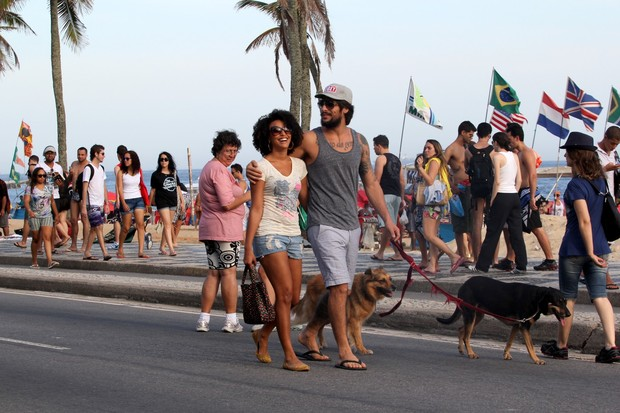 Sheron Menezzes, o namorado e o cachorro (Foto: Wallace Barbosa/Agnews)