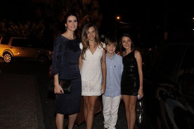 Lisandra Souto com os filhos (Foto: Isac Luz/EGO)