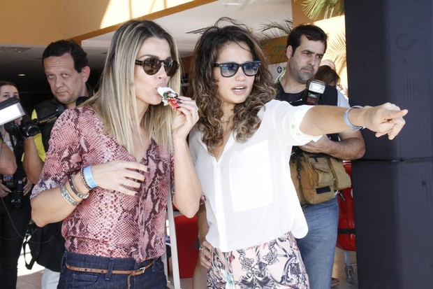 """Nanda Costa e Flávia Alessandra na exposição """"Guerreiros da vida real"""" (Foto: Roberto Filho  / AgNews)"""