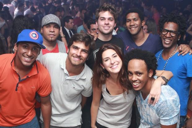 Bernardo Mesquita, Lucas Cordeiro, Fernanda Paes Leme e André Luiz Miranda com o grupo Pur'amizade em boate no Rio (Foto: Raphael Mesquita/ Divulgação)