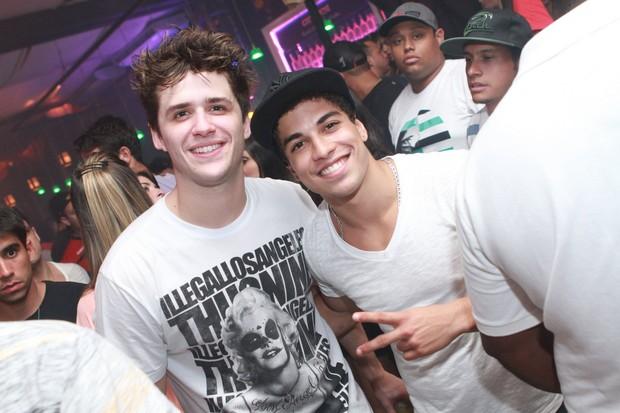 Os atores Gil Coelho e Douglas Sampaio em boate no Rio (Foto: Raphael Mesquita/ Divulgação)
