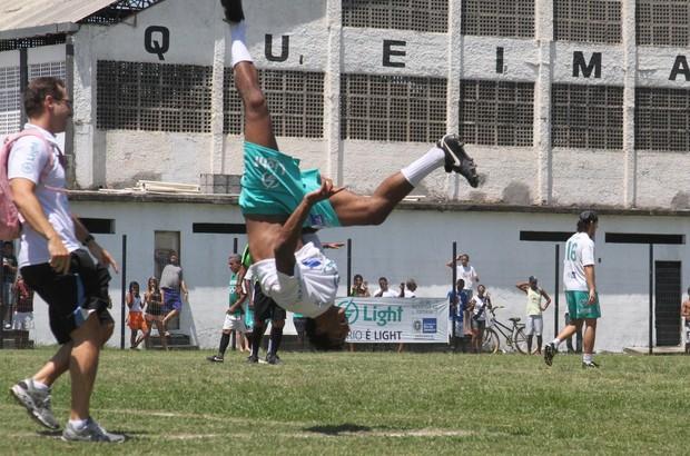 Marcello Melo faz acrobacia após marcar gol em jogo (Foto: Cleomir Tavares/Divulgação)