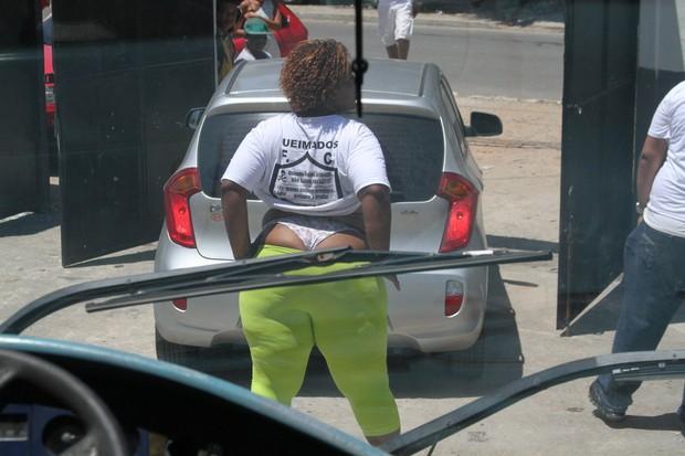 Mulher mostra a bunda para o time de artistas (Foto: Cleomir Tavares/Divulgação)