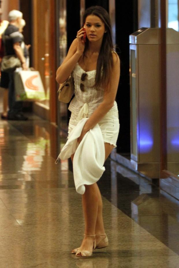 Bruna Marquezine vai ao salão de beleza em shopping na Barra da Tijuca no Rio (Foto: Marcos Ferreira/ Photo Rio News)