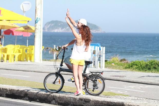 Fernanda Paes Leme na orla da praia da Barra da Tijuca,RJ (Foto: Dilson Silva / Agnews)