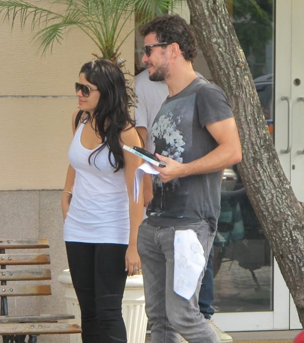 Daniel Oliveira e Vanessa Giácomo saindo do cartório (Foto: EGO)