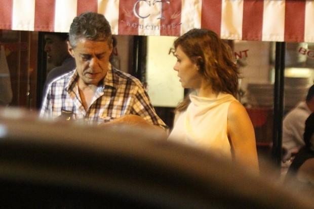 Chico Buarque com a namorada, a cantora Thais Gulin, na Zona Sul do Rio (Foto: Rodrigo dos Anjos / Ag. News)