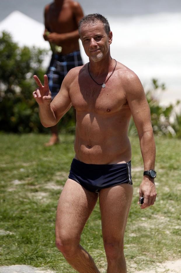 Marcello Novaes na praia (Foto: Marcos Ferreira / PhotoRioNews)
