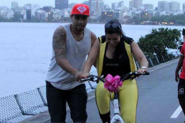 Naldo ensina Mulher Moranguinho a andar de bicicleta no Rio (Foto: Marcello Sá Barretto/ Foto Rio News)