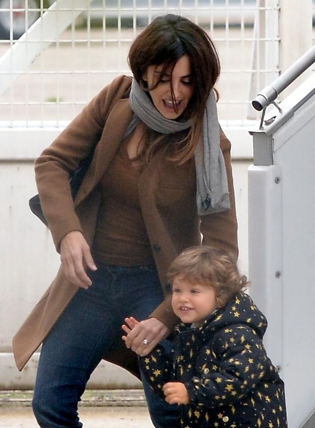 Penelope Cruz e filho (Foto: Agência Grosby Group)