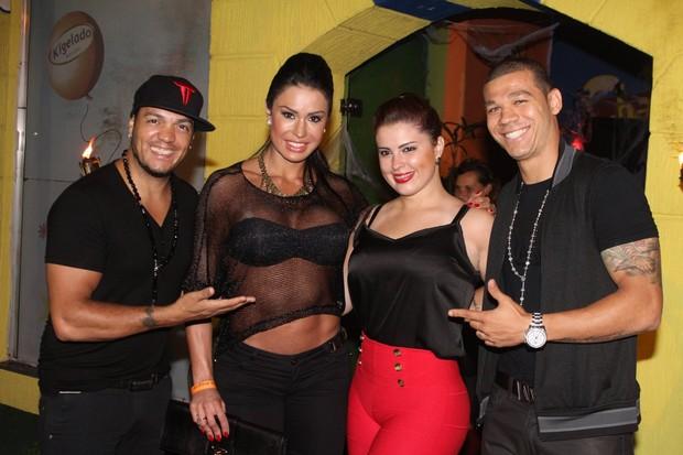 Gracyanne Barbosa e Belo com amigos em festa no Rio (Foto: Marcello Sá Barretto/ Foto Rio News)