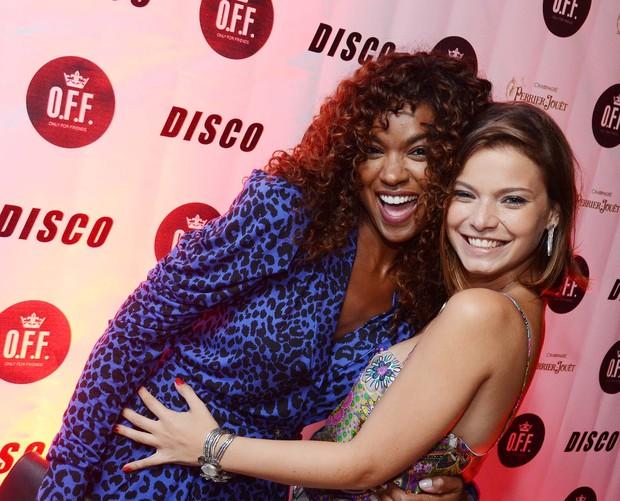 Milena Toscano posa com Cris Vianna em festa no Rio (Foto: Ari Kaye/Divulgação)