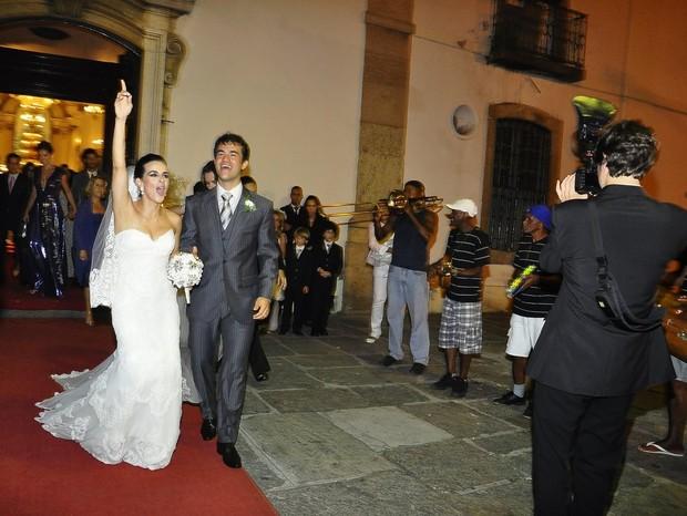Renata Gomes e Pedro Boesel saem da igreja ao som de pagode (Foto: Roberto Teixeira/EGO)