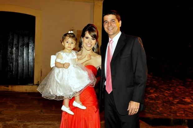 Fernanda Pontes ao lado do marido, Diogo Boni, e da filha, Malu  (Foto: Roberto Teixeira/ Ego)