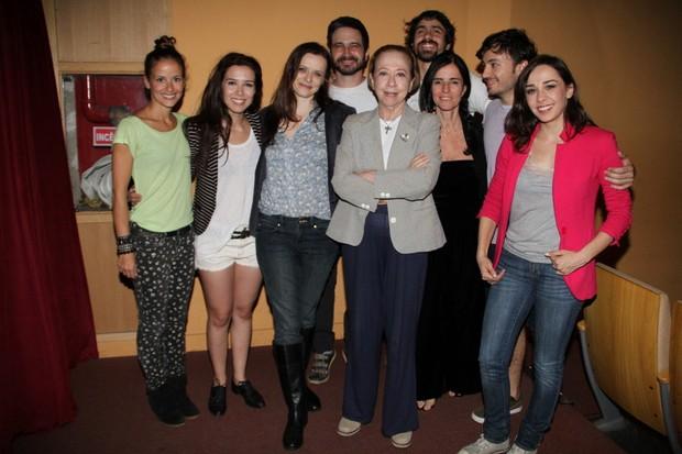 Fernanda Montenegro posa com o elenco da peça 'O desaparecimentodo elefante' em teatro no Rio (Foto: Daniel Delmiro/ Ag. News)