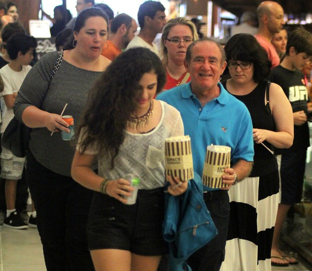 Renato Aragão vai ao cinema com a familia (Foto: Marcus Pavão/AgNews)