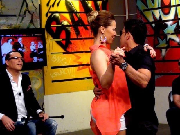 Zezé dança com a apresentadora Liliana Alvarez (Foto: Reprodução/Facebook)