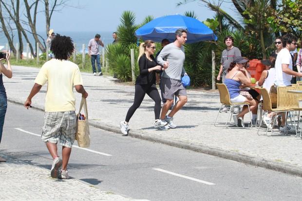 Cléo Pires e Alexandre Nero em gravação da novela Salve Jorge no Recreio (Foto: Fabio Martins / AgNews)