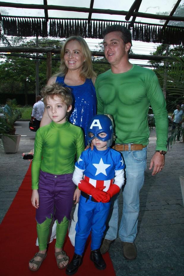 Angélica e Luciano chegam a festa de Benício, o filho mais novo (Foto: Clayton Militão / Foto Rio News)