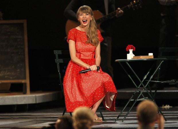 Taylor Swift se apresenta na 46ª edição do Country Music Association Awards, em Nashville, nos Estados Unidos (Foto: Harrison McClary/ Reuters/ Agência)