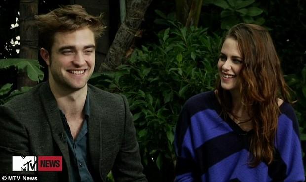 Kirsten Stewart e Robert Pattinson em programa de TV (Foto: Reprodução / MTV News)
