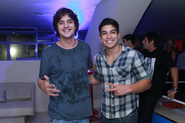 Guilherme Boury e Douglas Sampaio curtem festa no Rio (Foto: Raphael Mesquita/Divulgação)