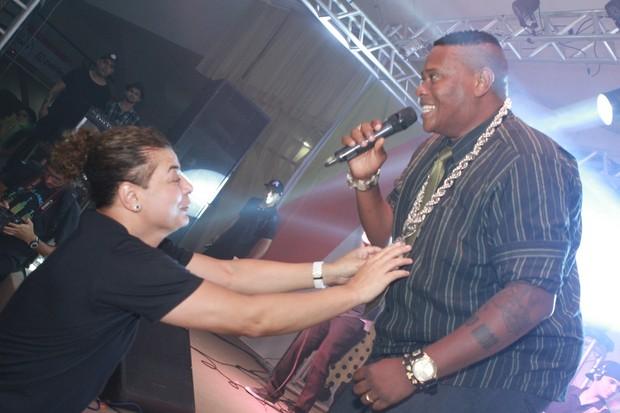 David Brazil brinca com MC Sapão em festa no Rio (Foto: Raphael Mesquita/Divulgação)