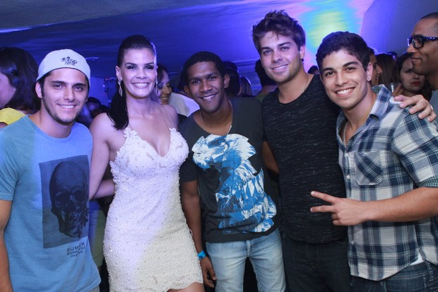 Bruno Gissoni, a produtora Monique, André Luiz Miranda, Lucas Cordeiro e Douglas Sampaio em festa (Foto: Raphael Mesquita/PhotoRioNews)