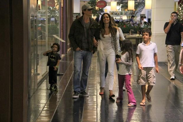 Márcio Garcia vai a shopping com a família (Foto: Daniel Delmiro/AgNews)