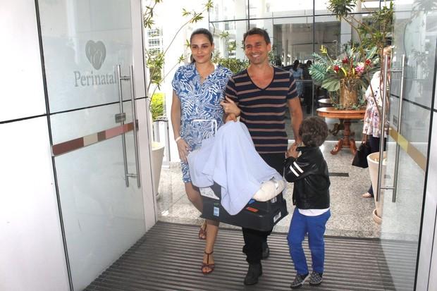 Murilo Rosa e Fernanda Tavares deixam maternidade com o recém-nascido e o filho mais velho (Foto: Marcos Ferreira/PhotoRioNews)