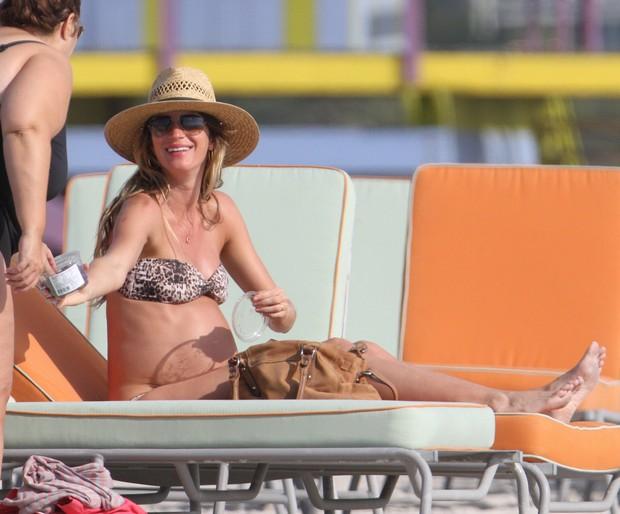 Gisele Bündchen exibe barriga da segunda gravidez, em Miami X17 (Foto: X17)