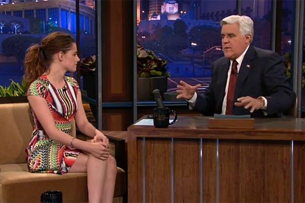 Kristen Stewart dá entrevista para Jay Leno (Foto: NBC/Reprodução)