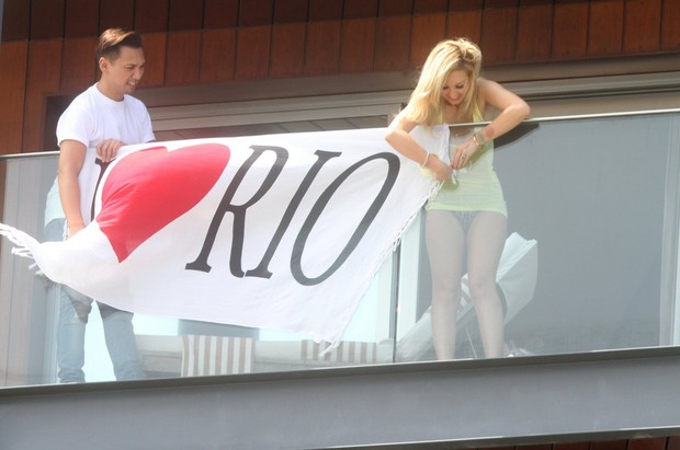 Bandeira de 'Amor ao Rio' na sacado do hotel (Foto: FotoRioNews)