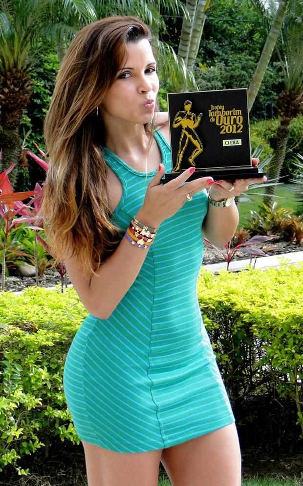 Renata Santos recebe troféu Tamborim de Ouro (Foto: Divulgação)