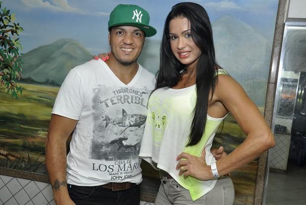 Belo e Gracyanne Barbosa em baile de debutantes na quadra da Mangueira, na Zona Norte do Rio (Foto: Daniel Pinheiro e Jackson Martins/ Divulgação)