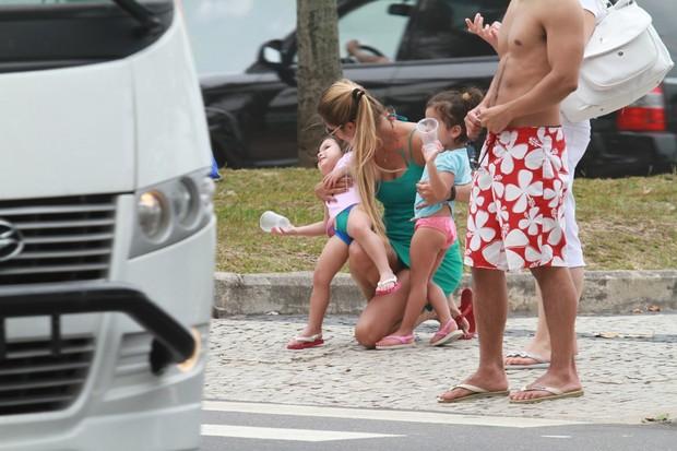 Mulher do cantor Luciano com filhas na praia da Barra da Tijuca, RJ (Foto: Dilson Silva / Agnews)