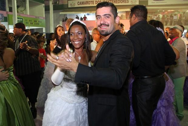 Ex-BBB Yuri em baile de debutantes na quadra da Mangueira, na Zona Norte do Rio (Foto: Daniel Pinheiro e Jackson Martins/ Divulgação)