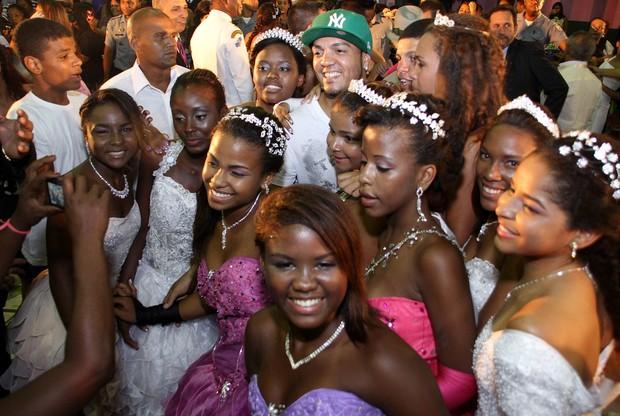 Belo em baile de debutantes na quadra da Mangueira, na Zona Norte do Rio (Foto: Daniel Pinheiro e Jackson Martins/ Divulgação)