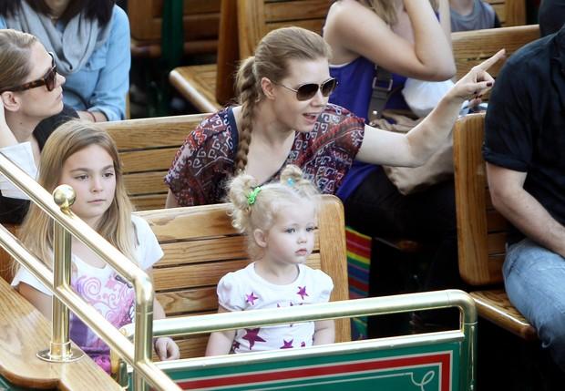Amy Adams passeia com a filha e é clicada com nódulos estranhos no braço (Foto: X17/Agência)