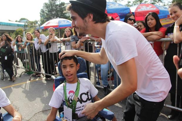 Fiuk atende fãs na saída do Teleton (Foto: Milene Cardoso/Ag News)