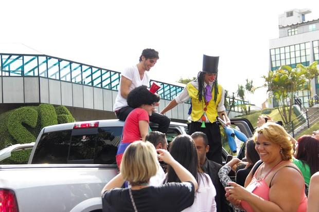 Fiuk sobe no teto de picape e fala com fãs (Foto: Milene Cardoso/Ag News)