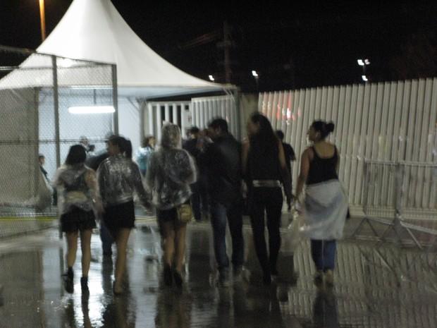 Débora Nascimento deixa show de mãos dadas com amigo (Foto: Léo Martinez/EGO)