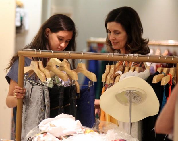 Fátima Bernandes faz compras com a filha em shopping carioca (Foto: Marcus Pavão/Ag News)