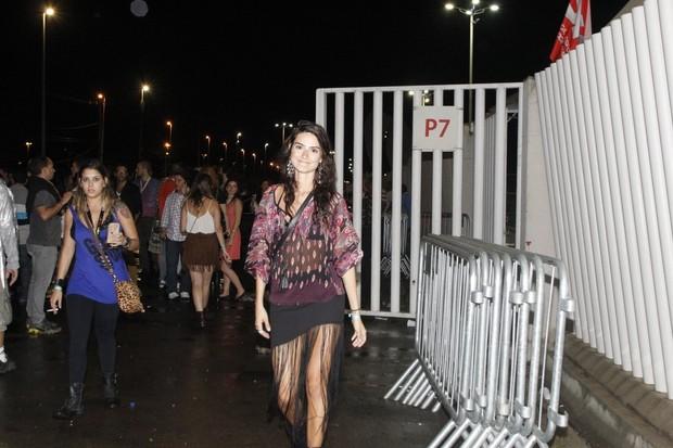Thaila Ayala investiu em um modelito com franjas e foi sem o marido Paulinho Vilhena (Foto: Agnews)