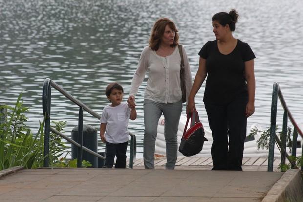 Renata Sorrah com a filha e o neto na Lagoa, no Rio (Foto: JC Pereira/Photo Rio News)